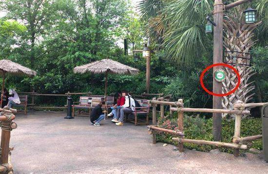 在吸烟区吸烟或休息的游客