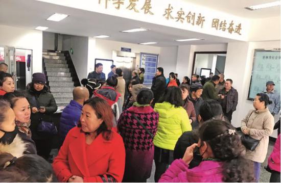 2018 年 11 月 12 日上午 8 时,一些来自吉林省各地的社保诈骗受害人,聚集在吉林市社会保险事业管理局门口,希望讨个说法。摄影/ 霍思伊