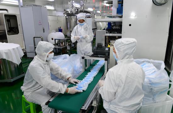 3月27日,在贵州卡布国际生物科技有限公司无菌生产车间,工人在生产一次性使用口罩。