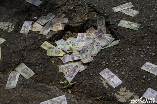 图集:委内瑞拉货币贬值似废纸 钞票被扔一地