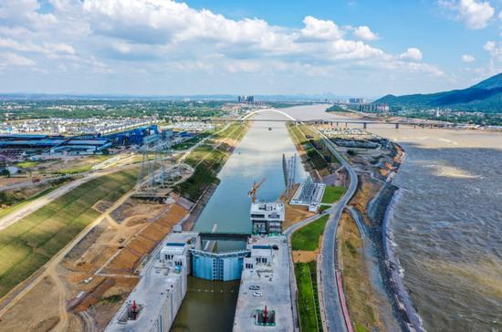 广西大藤峡水利枢纽工程船闸和引航道。