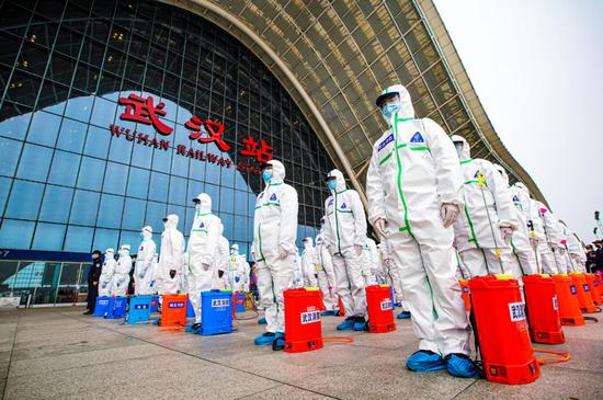 3月24日,消防员在武汉火车站集结准备开始消杀作业。何汉求摄