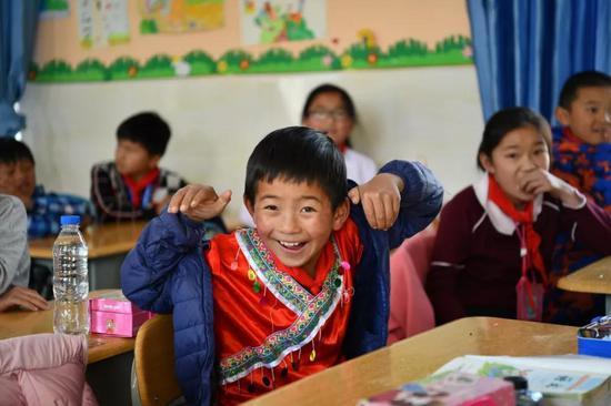 生活在大山环绕之中的孩子们,多了些许质朴与懵懂。