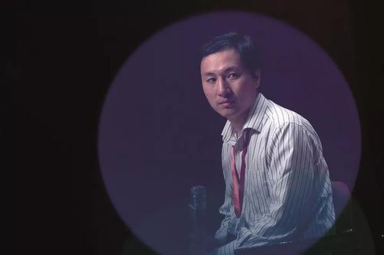 (11月28日正午,第二届人类基因组编辑国际峰会上,贺建奎成了全场的焦点。他做了演讲,并回答现场嘉宾的挑问和媒体记者的书面挑问。 图/视觉中国)