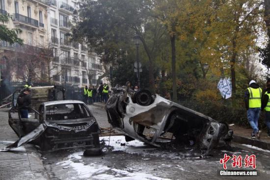 当地时间12月1日,巴黎再次发生大周围示威活动。数以千计示威者荟萃在凯旋门,多辆汽车被损毁。中新社记者 李洋 摄