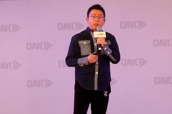 """杨伟东11月29日在""""网络视听产业峰会上发外演讲(图片来源:每经记者 摄)"""