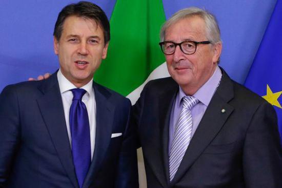 12月12日欧盟委员会主席容克(右)在布鲁塞尔会见意大利总理孔特。(法新社)