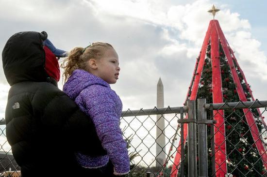"""国家圣诞树因抢修无期而""""关灯""""。(美联社)"""