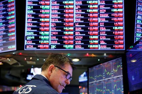 营业员24日在纽约证券营业所做事(路透社)