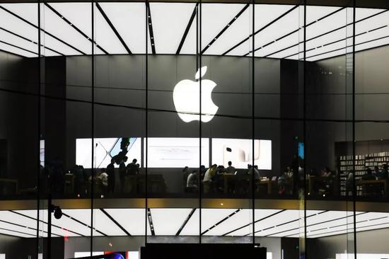 ▲2018年4月30日,位于南京新街口苹果旗舰店内,消耗者在体验iphone系列手机、电脑和ipad产品。