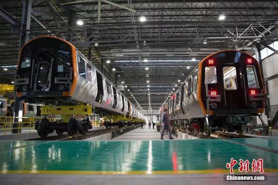 ▲2018年12月18日,中國中車集團為波士頓地鐵生產的首列車在美國中車麻省公司春田工廠下線。(中新社)
