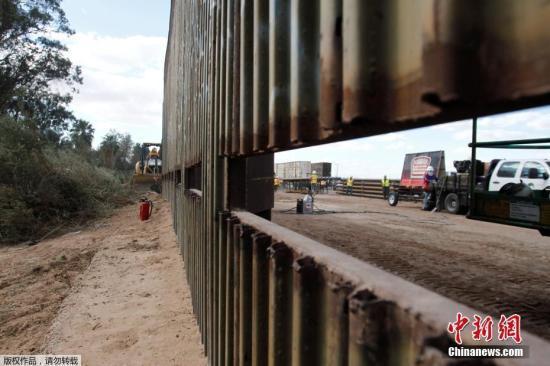 原料图:美国添州卡莱克西科附近的一段边境阻隔墙。