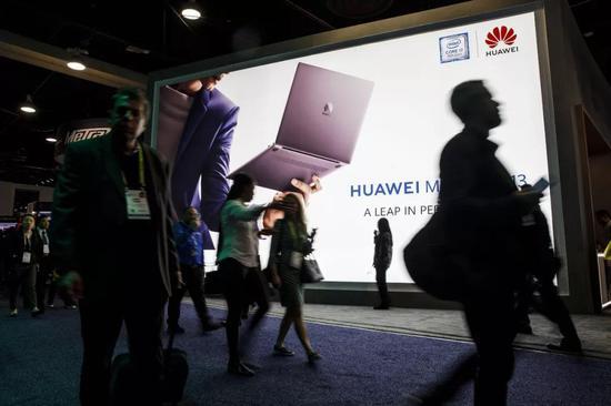 ▲1月9日,人们走过美国拉斯维添斯消耗电子展上的华为广告屏。(视觉中国)