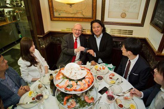 图为朱晔(右三)与巴菲特就餐合影