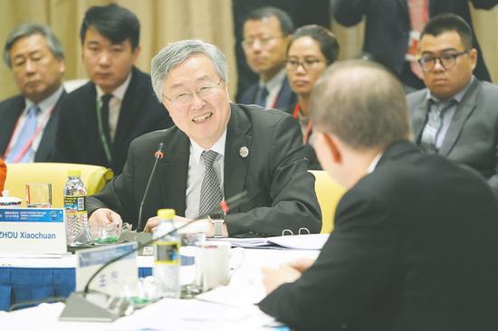 周小川:人民币汇率根据供求关系调整 对经济有益