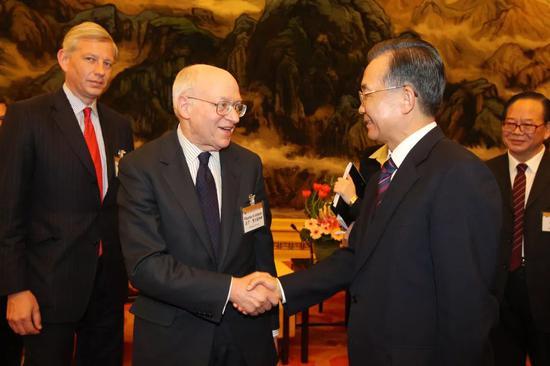 费尔德斯坦参与论坛后的总理会见