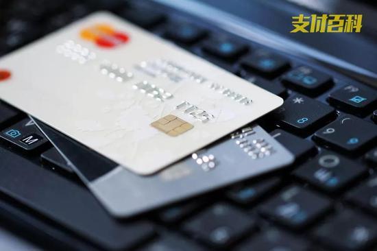 月薪三千�s�k14��信用卡欠款87�f 以卡�B卡或是根源