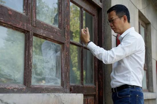 吴老师站在当年柳传志创业的小屋门前