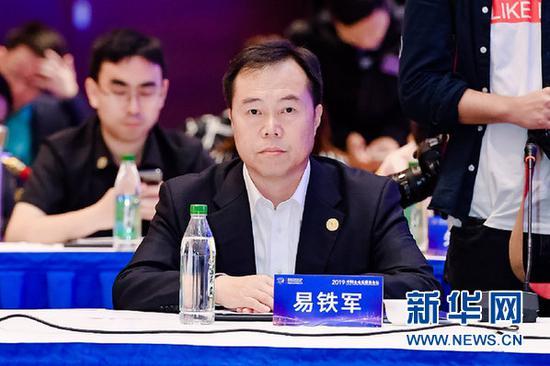 图为中铁高新工业董事长易铁军在圆桌会议上发言