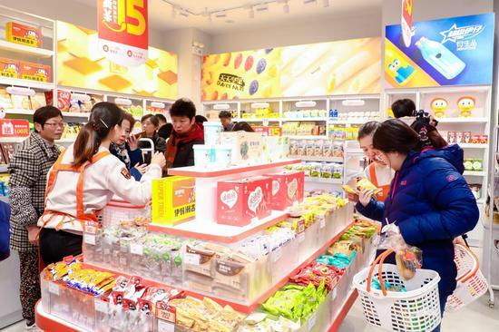 消费者在专卖店挑选美味又健康的来伊份零食