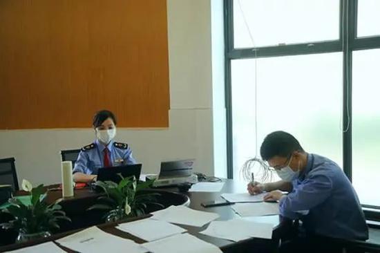 执法人员在广西南宁运萌食品有限公司调查取证