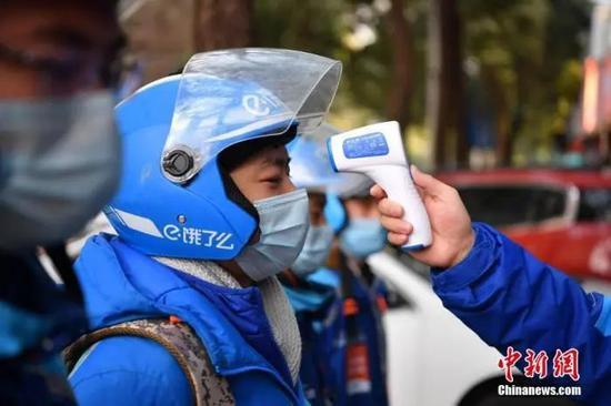 饿了么送餐员。中新社记者 刘冉阳 摄