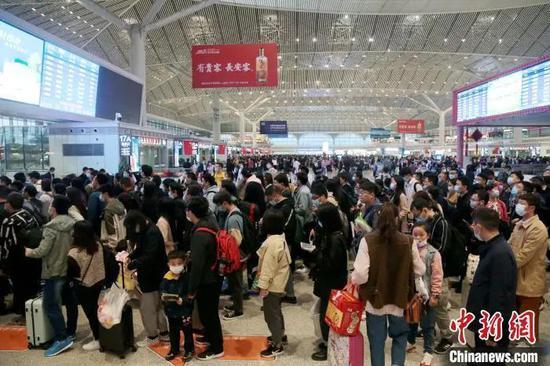 资料图:西安北车站内人头攒动。 张远 摄