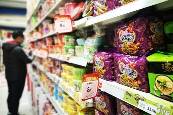 永辉超市的方便面货架,仍看不到今麦郎的身影。欧阳叶萍 摄