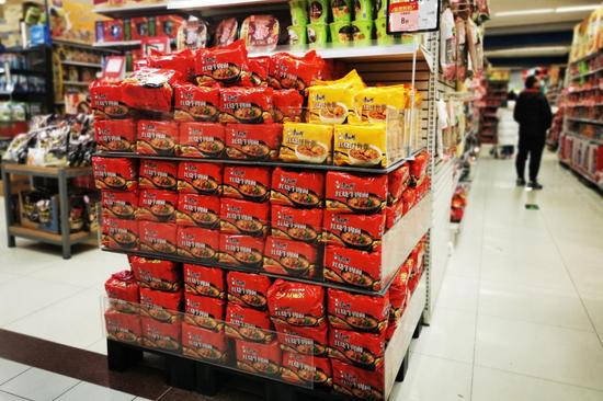 立于超市方便食品区域焦点位的康师傅堆头。欧阳叶萍摄