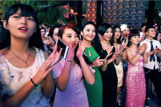 """山西太原一家酒吧周年庆典现场,数十位""""网红脸""""美女组团围观。图/视觉中国"""