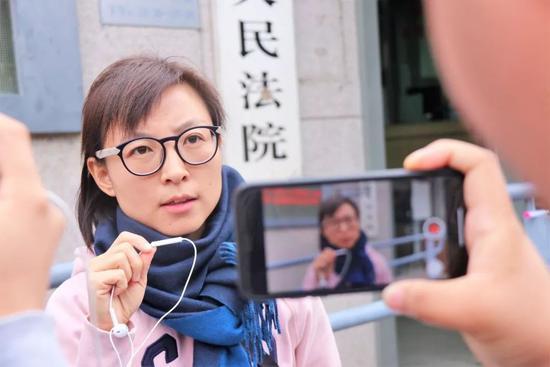 ▶王骁在批准媒体采访