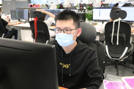 小米员工在武汉总部新大楼办公。