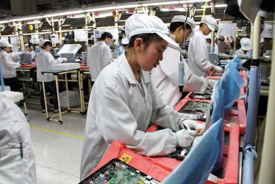 ▵ 重庆西永保税区的富士康生产车间