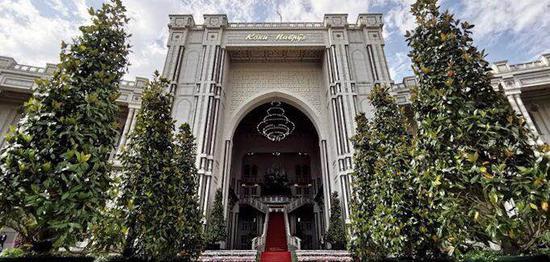 △纳乌鲁兹宫正门,参添峰会的各国领导人。从这边进场。(央视记者舒贝拍摄)