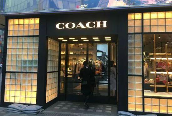 8月12日下午,Coach北京三里屯店內已不見涉事T恤,店員表示均已下架。(何清/攝)