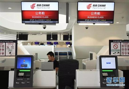 9月4日,工作人员在北京大兴国际机场内部调试设备。新华社记者 张晨霖 摄