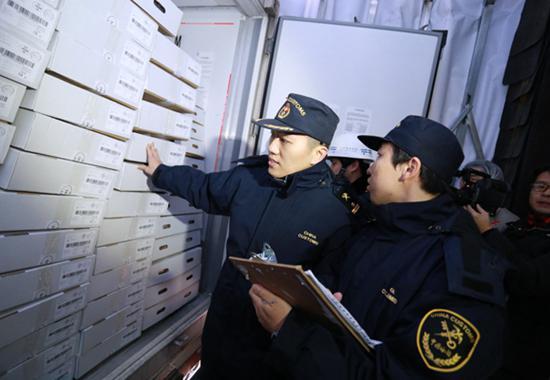 上海海关派员查验欧盟首柜进口牛肉。资料图来源:海关总署
