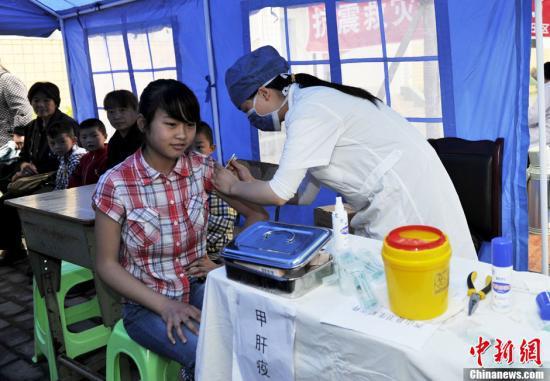 资料图:四川芦山为适龄儿童合展疫苗群体性预防接种。中新社收 安源 摄