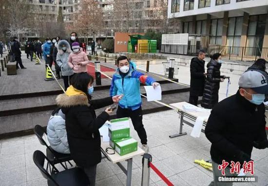 资料图:12月26日,根据新冠肺炎疫情防控要求,北京市朝阳区望京地区望京街道、东湖街道开展为期两天的社区全员核酸检测。中新社记者 侯宇 摄