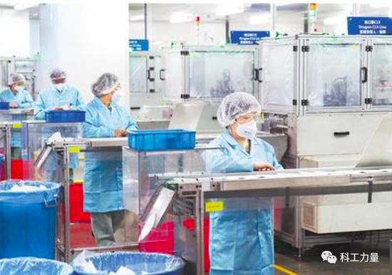 上海3M中国公司漕河泾工厂口罩生产线。图/新华社