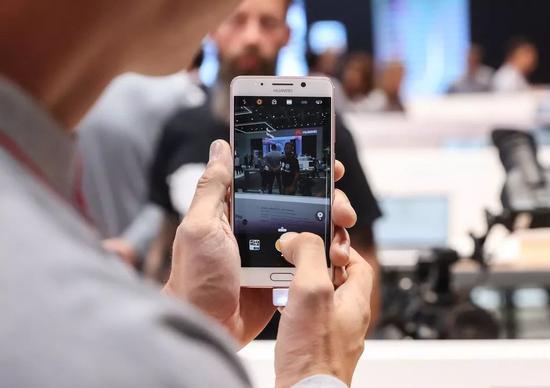 ▲原料图片:2017年的柏林国际消耗电子展上,华为公司展出了一款人造智能手机芯片。(新华社)