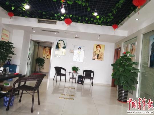 """位于郑州市金水路浦发国际大厦的郑州某广告公司""""急招""""网拍模特,此为该公司办公室场所内景。中国青年报·中国青年网记者 潘志贤/摄"""