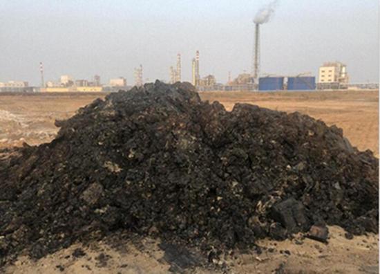 挖掘出来的黑色焦油状物质散发浓烈的刺激性气味(来源:生态环境部)