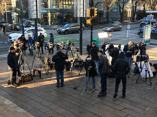 """现场各个媒体""""长枪短炮""""严阵以待。来源:温哥华头条"""