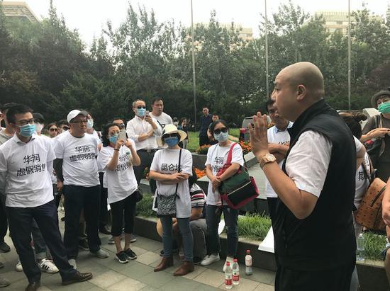 9月13日下午,业主聚集到华润大厦楼下,要求高层出面谈判。图为治安领导安抚维权业主。摄影:李艳艳
