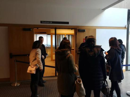 听证会表围围着不少人。添拿大笑活网记者现场拍摄。来源:温哥华头条