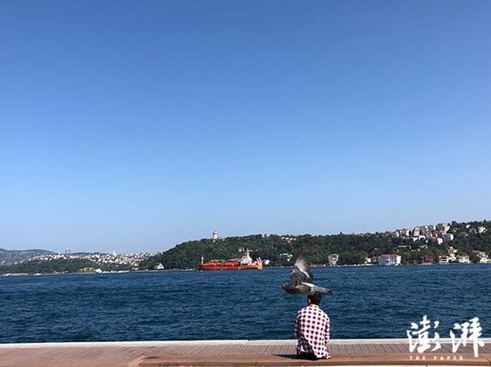 博斯普鲁斯海峡旁的年轻人。博斯普鲁斯又称伊斯坦布尔海峡,也是欧洲与亚洲的分界线。越来越多的土耳其年轻中产阶级在考虑是否答该脱离这个国家。 澎湃讯息记者 蒋梦莹 摄