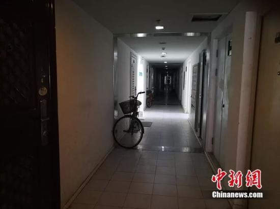 北京像素每层30户,走廊又暗又长。中新网记者 邱宇摄