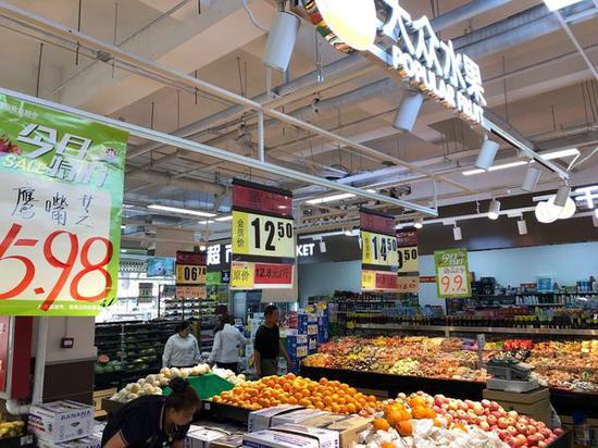 水果超市中,富士苹果价格高达12.5元/斤