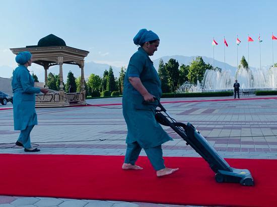 △做事人。员修整总统府前广场的红地毯。(央视记者郭晗光拍摄)